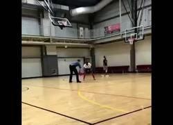Enlace a Gran vacilada en la cancha de basket