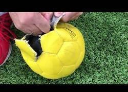 Enlace a Así son las pelotas de fútbol para ciegos