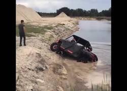 Enlace a Hombre intenta demostrar la potencia de su coche pero no sale muy bien