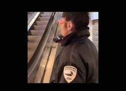 Enlace a Tirarse por unas escaleras mecánicas con un trineo no es la mejor idea