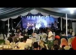 Enlace a Tsunami arrastra con todo durante un concierto