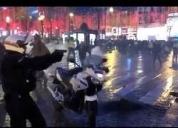 Enlace a La policía usa armas contra manifestantes en chalecos amarillos.