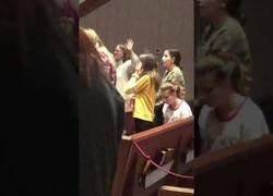Enlace a Chica se pone a bailar la macarena en misa