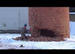 Enlace a Un checo demuele una chimenea con un martillo neumático