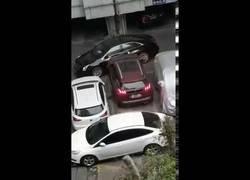 Enlace a Coche hace lo imposible para salir de un parking