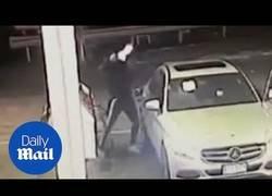 Enlace a Le intentan robar el coche y se lleva una puñalada