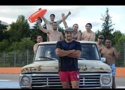 Enlace a Crean una furgoneta con una piscina en la parte trasera