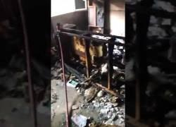 Enlace a Importancia de cerrar una puerta en un incendio incendio de Badalona