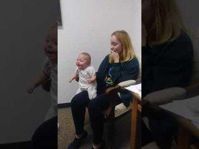 Bebé escucha la voz de su familia por primera vez