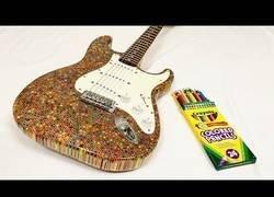 Enlace a 1200 lápices de colores para fabricar una guitarra