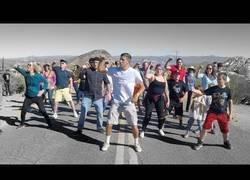 Enlace a Bailando por el mundo con un puñado de desconocidos
