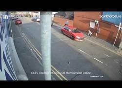 Enlace a Un hombre persigue a una mujer en plena calle con un coche y la termine embistiendo contra un muro