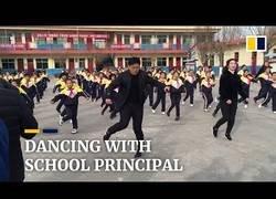 Enlace a Este profesor chino hace bailar a sus alumnos durante el descanso de las clases