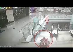 Enlace a Una madre se olvida de su bebé en un centro comercial y se cae por las escaleras mecánicas