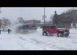 Enlace a Trabajo en equipo para rescatar a un autobús en mitad de la tormenta de nieve en Montreal