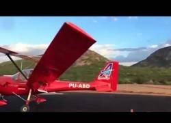 Enlace a El ala de una avioneta impacta a una persona que grababa como despegaba
