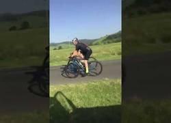 Enlace a La mejor respuesta ante dos ciclistas ocupando un carril de coches