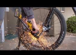 Enlace a Probando la resistencia de los mejores candados para bicicletas