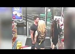 Enlace a Transexual intenta decapitar con un hacha a un hombre que le rechazó