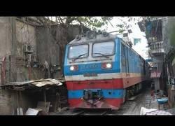 Enlace a Así es el paso del tren por las calles de Hanoi
