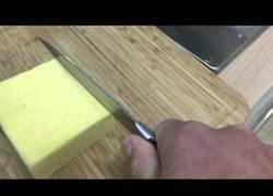 Enlace a Haciendo ruído de motosierra da más placer mientras cortas queso