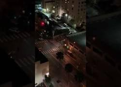 Enlace a Y de repente en esta calle de Los Ángeles en plena noche se pusieron a hacer un ejercicio militar con helicópteros