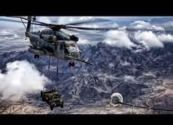 Enlace a Graban el proceso de repostaje de este helicóptero CH-53E mientras transporta un Hummer en pleno vuelo