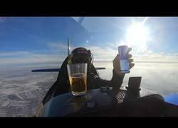 Enlace a Bebiendo sin problemas de un vaso a centenares de metros de altura