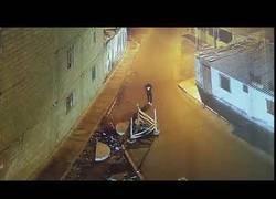 Enlace a Andaba distraído por la calle con el móvil y se cayó por un lugar que le debió doler
