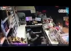Enlace a Una empleada usa a una compañera de escudo humano en pleno ataque en el comercio