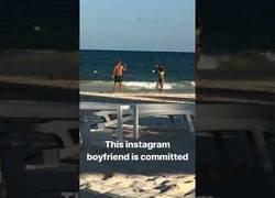 Enlace a De risas mientras ven a una pareja haciéndose fotos en la playa