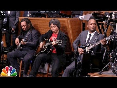 Shigeru Miyamoto tocando en guitarra el tema principal de Super Mario Bros
