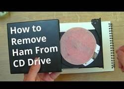 Enlace a Así es como puedes sacar un trozo de jamón dulce de tu lectora de CD si se te queda dentro