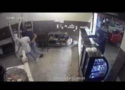 Enlace a Dos chicos hacen el gran robo de su vida en una pastelería