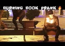Enlace a Se pone a leer un libro ardiendo en público y la gente alucina a lo grande
