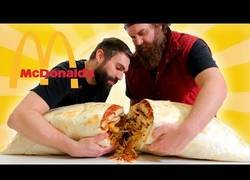 Enlace a Cocinan el megaburrito relleno de comida del McDonald's