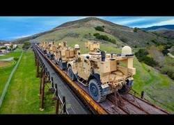 Enlace a Un drone sigue a un tren cargado de vehículos militares