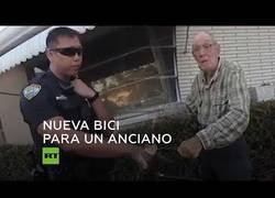 Enlace a El gran detalle de estos policías que le compraron una bici a este anciano de 80 años tras quedarse sin al habérsela robado alguien