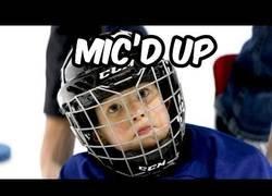 Enlace a Las primeras y duras clases de hockey sobre hielo para este niño de cuatro años