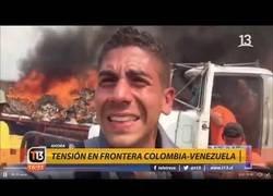 Enlace a Colombianos queman camiones con ayuda humanitaria en la frontera de Venezuela