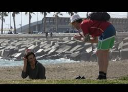 Enlace a Hablando con idiomas inventados a la gente de la playa