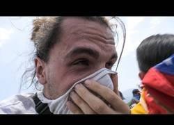 Enlace a Impresionante reportaje en primera línea del puente de Cúcuta donde los venezolanos esperaban la ayuda humanitaria