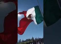 Enlace a Una bonita bandera de México se lleva por delante a un soldado del país y lo hace saltar por los aires