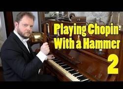 Enlace a Tocando Chopin con un martillo