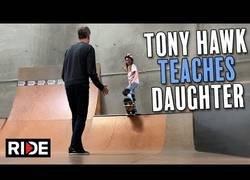 Enlace a El mítico Tony Hawk enseña a su hija a ir en monopatín
