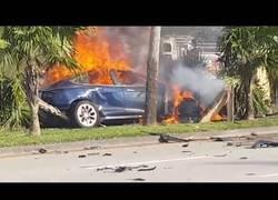 Enlace a Muere un hombre en un Tesla tras quedarse atascado los tiradores del coche