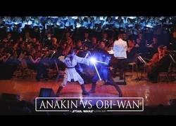 Enlace a La gran batalla de Anakin vs Obi-Wan en un concierto de Star Wars