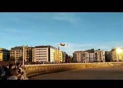 Enlace a Temeraria maniobra de recarga de un hidroavión del Ejército en la playa de la Concha