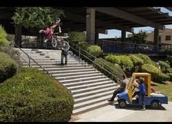 Enlace a Trata de saltar 20 escaleras en un colegio con una BMX mientras una trabajadora intenta impedírselo