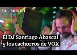 Enlace a Santiago Abascal se va a una discoteca a pinchar el himno de España
